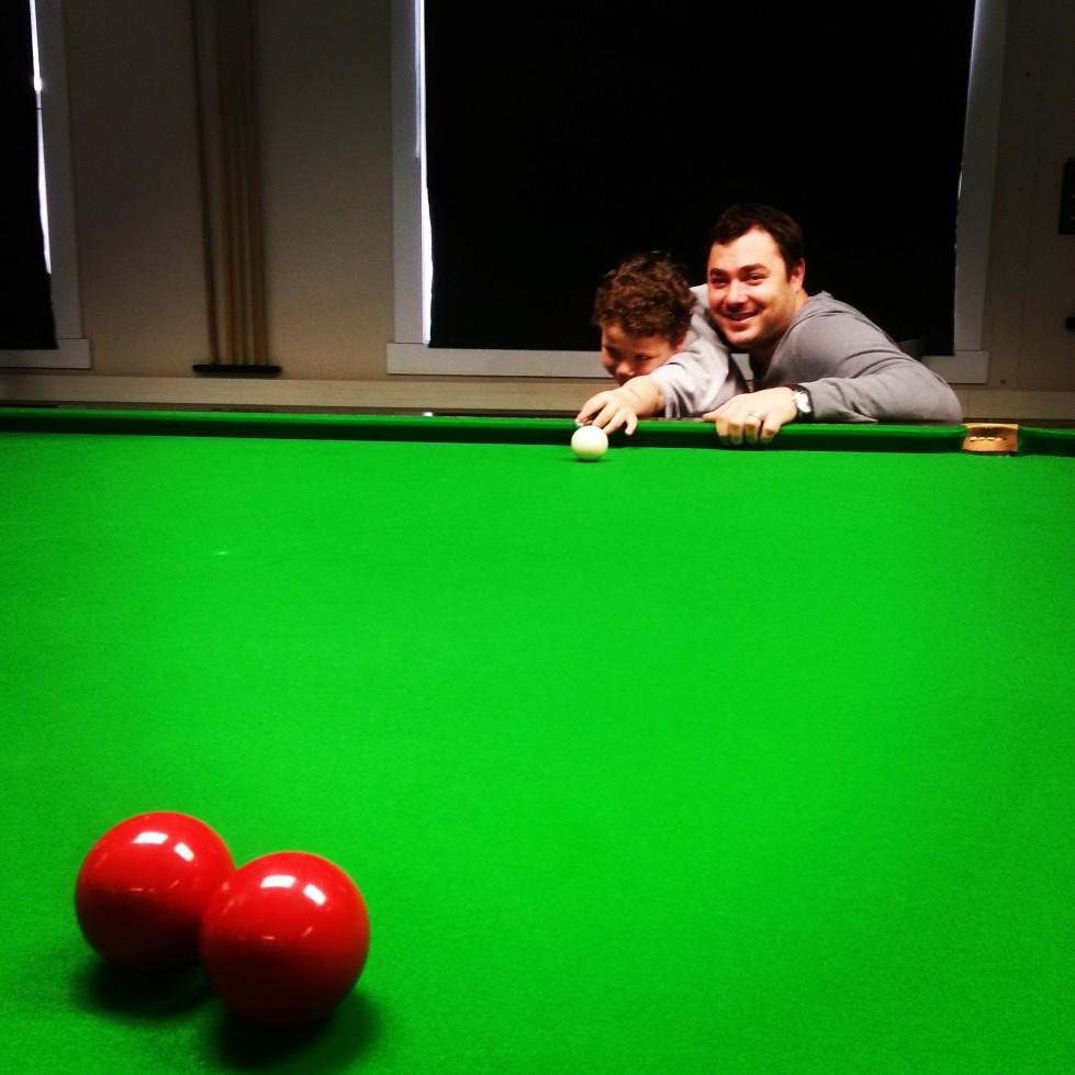 Kurt Maflin på bordet med sønnen Neon. Mange forventer store ting av Norges eneste snookerproff