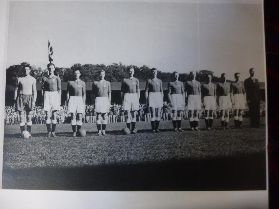 Det mye omtale lagbildet fra landskampen mellom Norge og Sverige i 1951. Nordbø helt til høyre.